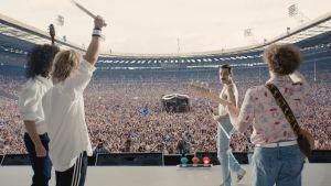Queen på Live Aid 1985. Scen ur filmen.