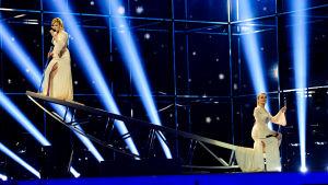 Rysslands Tolmachevy sisters på scen.