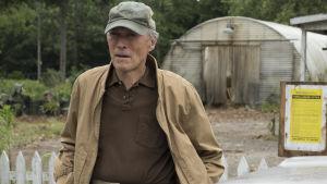 Clint Eastwoods Earl framför sitt förfallna växthus.
