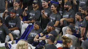 Los Angeles Dodgers-spelare samlade i lagfoto efter säkrad MLB-titel.