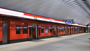 mattby metrostation, ett tåg står vid perrongen som är tom