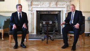 Antony Blinken och Boris Johnson sitter bredvid varandra under Blinkens besök i London 4.5.2021.