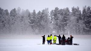 Dykare ute på isen.