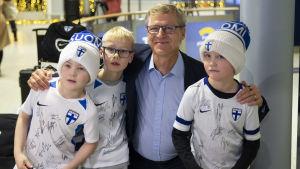 Markku Kanerva poserar med barn.