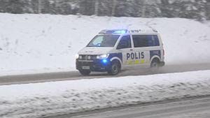 Polisbil på utryckning