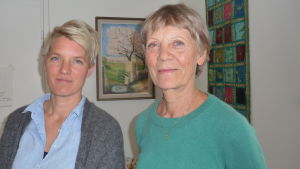 Elin Söderlund och Margaretha Söderlund står och ler mot kameran.
