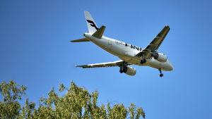 Finnairplan i luften.