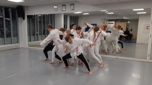 En grupp med flickor och pojkar som dansar i Hurja Piruetti.