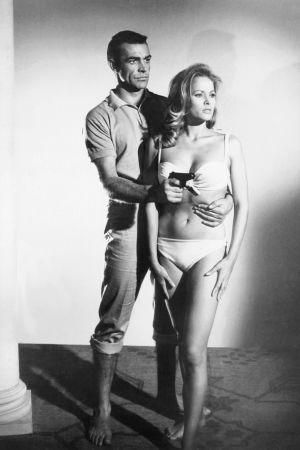 Sean Connery och Ursula Andress i Agent 007 med rätt att döda (1962), den första filmen om James Bond.