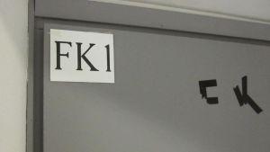 FK 1 luokan kyltti ovessa