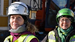 Forskarna Satu Koivsito och Johanna Seppä övervakar rörsaneringsarbete i Borgå 29.03.17