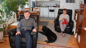 Både Karl-Oskar och Annikki Skogster är synskadade och behöver färdtjänsten. Labradoren Alphonse är Annikkis ledarhund.