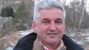 Eamonn Devlin utomhus, porträttbild