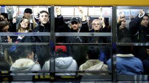 Ihmisiä bussissa Argentinassa