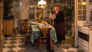 Oförande för Lovisa historiska hus Nina Wiklund i sitt kök