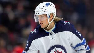 Patrik Laine i Winnipegs tröja.