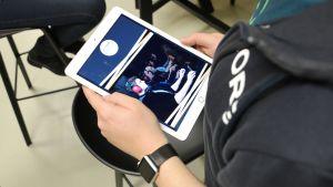 Pekplatta där e-sportprogrammets marknadsföringsmaterial syns.