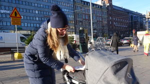 Hanna Ekqvist med barnvagn i Helsingfors.