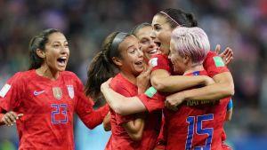 USA firar ett av sina 13 mål i segermatchen över Thailand i VM 2019.