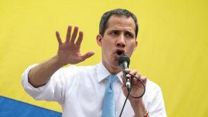 Venezuelas oppositionsledare Juan Guaidó håller tal