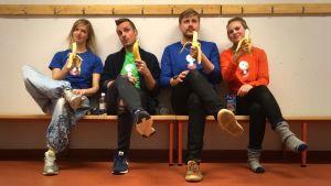 BUU-klubbsledarna sitter på en bänk och äter bananer