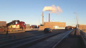 Bilar kör över Drumsö bro i Helsingfors.
