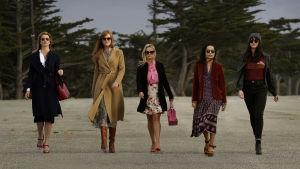 Renata (Laura Dern), Celeste (Nicole Kidman), Madeleine (Reese Witherspoon), Bonnie (Zoë Kravitz) och Jane (Shailene Woodley) kommer gående rakt mot kameran.