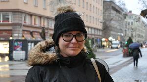 Jeanette står ute på gågatan i Åbo, det är regnigt och grått ute.