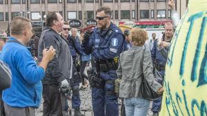 En polis står i en folkmassa i Åbo.