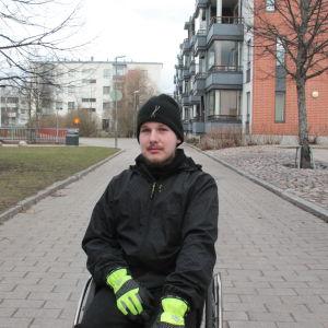 Patrik Saari utomhus i sin rullstol.