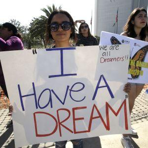 Mielenosoittajat puolustivat helmikuussa 2018 laittomasti maahan lapsena tulleiden siirtolaisten suojeluohjelmaa Los Angelesissa.