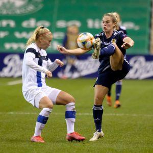 Adelina Engman försöker stoppa Kirsty Smith som har bollen.