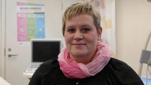 Hälsovårdare Camilla Rautanen i mödrarådgivningen i Pargas