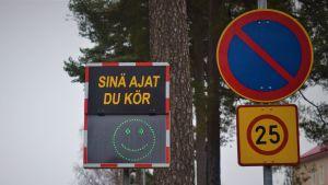 Hastighetstavla utanför stadshuset i Ekenäs.