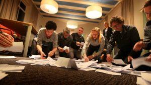 Rösträkning efter folkomröstning om associationsavtal med Ukraina.