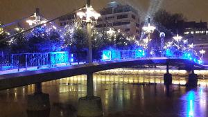 En vackert upplyst teaterbro i Åbo