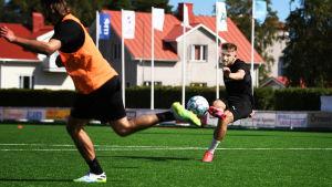Albion Ademi skjuter ett skott på IFK Mariehamns träning.