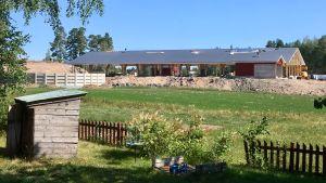 Den nya ladugården håller på att byggas.