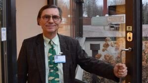 Tom Löfstedt i dörröppningen till Lojo sjukhus.