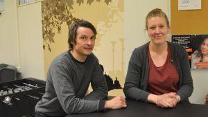 Läraren Mika Nenonen och studiehandledaren Pia Öhman vid ett bord i pausutrymmet.