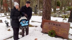 Alexandra, Olivia och Pehr-Eric Nyman står vid släktgraven.