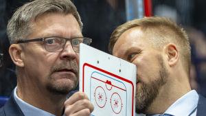 Jukka Jalonen och Mikko Manner i samspråk.