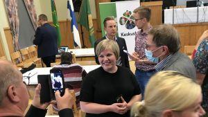 Annika Saarikko och Petri Honkonen i vimlet på ett debattilfälle.