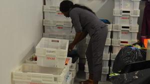 Amie Gomes sorterar donationer