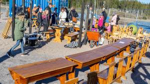 Loppmarknad på skolgård.