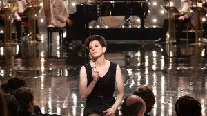 Judy Garland (Renée Zellweger) sitter på scenkanten och sjunger.