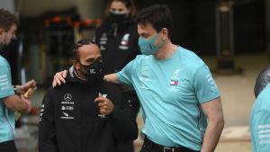 Toto Wolff klappar Lewis Hamilton på axeln.