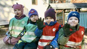 Fyra barn utomhus på en bergsknalle.
