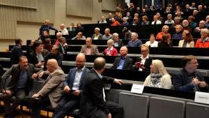 Många på plats i salen för att höra om fusionsplanerna mellan Korsholm och Vasa.