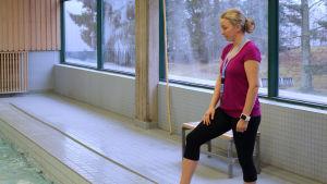 Mia Karvonen, ansvarig idrottsinstruktör, lär barn från cygnauesskolan simma november 2015
